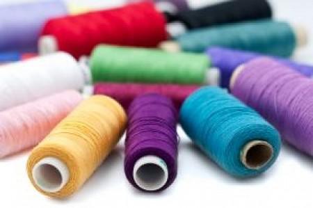 cores-diversas-linhas-de-costura-em-uma-tela-em-branco_21204332